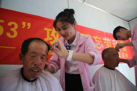 山东蓝翔青年志愿者为农民工义务理发